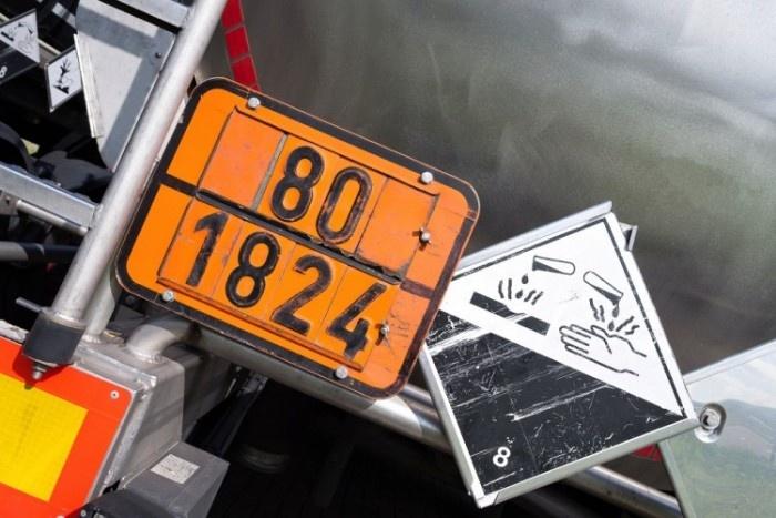 Especialistas orientam população a redobrar cuidados ao identificar placas que indicam o transporte de produtos perigosos
