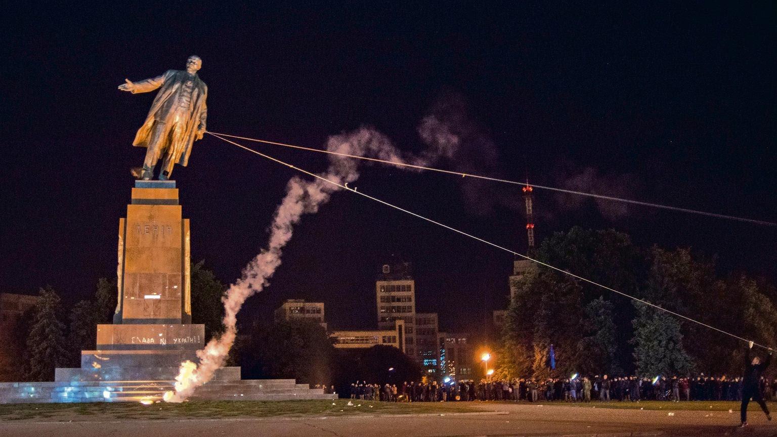 Derrubamento de estátuas de Lenine em vários países, símbolo do naufrágio das esquerdas