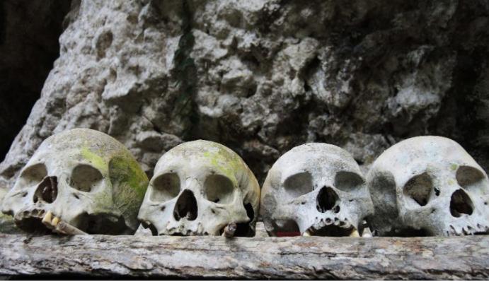 Crânios num túmulo em Tana Toraja, na ilha de Sulawesi, na Indonésia - axelrd / Flickr